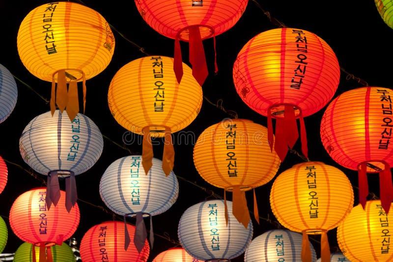 Lanternas de suspensão para comemorar o aniversário das Budas imagem de stock royalty free