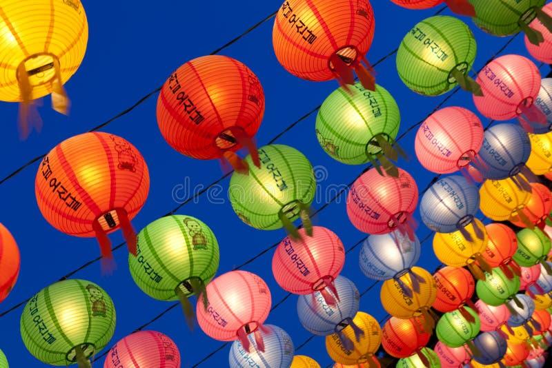 Lanternas de suspensão para comemorar o aniversário das Budas imagens de stock