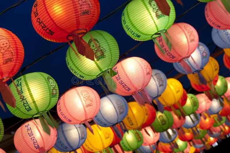 Lanternas de suspensão para comemorar o aniversário das Budas fotografia de stock royalty free