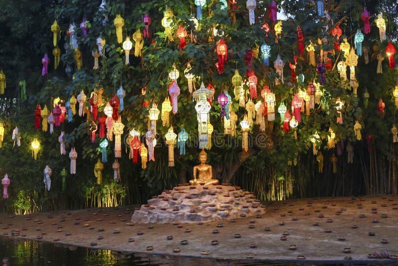 Lanternas de Yee-Peng na árvore de Bodhi no templo fotos de stock