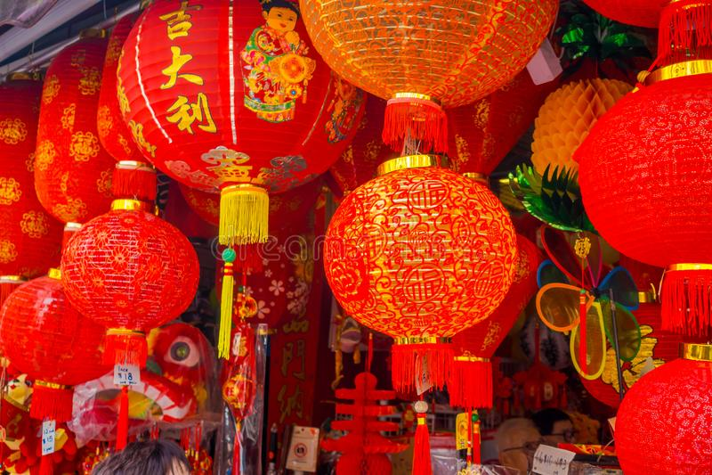 Lanternas decorativas dispersadas em torno do bairro chinês, Singapura Ano novo do ` s de China Ano do cão Cidade recolhida fotos foto de stock