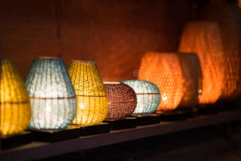 Lanternas decorativas feitas da cesta de bambu da trança do artesanato na cidade antiga de Hoi An, Vietname foto de stock royalty free