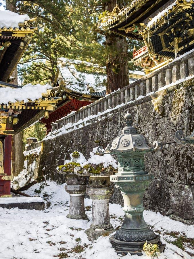 Lanternas do metal em Nikko, Japão imagem de stock