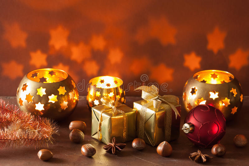 Lanternas do Natal e fundo ardentes da decoração imagem de stock royalty free
