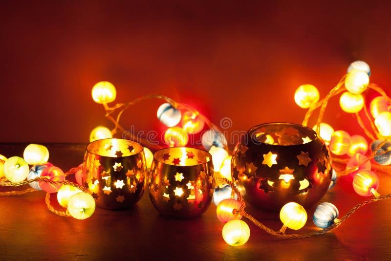 Lanternas do Natal e luzes ardentes da decoração fotos de stock royalty free