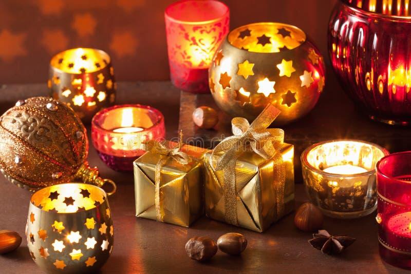 Lanternas e decoração ardentes do Natal foto de stock