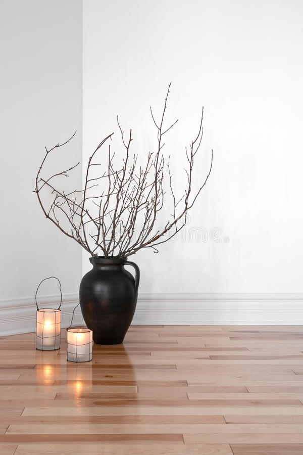 Lanternas e filiais de árvore que decoram um quarto imagens de stock