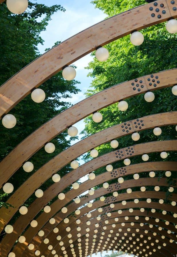 Lanternas no parque sob as árvores fotos de stock royalty free