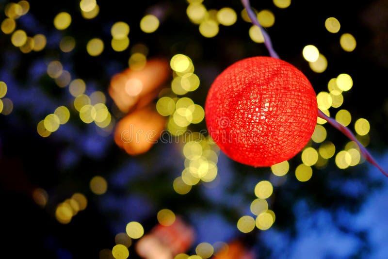 Lanternas vermelhas bonitas de uma bola que incandescem na noite escura para um espaço exterior da decoração dos feriados imagem de stock royalty free