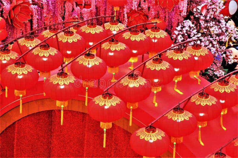 Lanternas vermelhas chinesas da decoração do ano novo no pavilhão, Kuala Lumpur Malaysia foto de stock royalty free