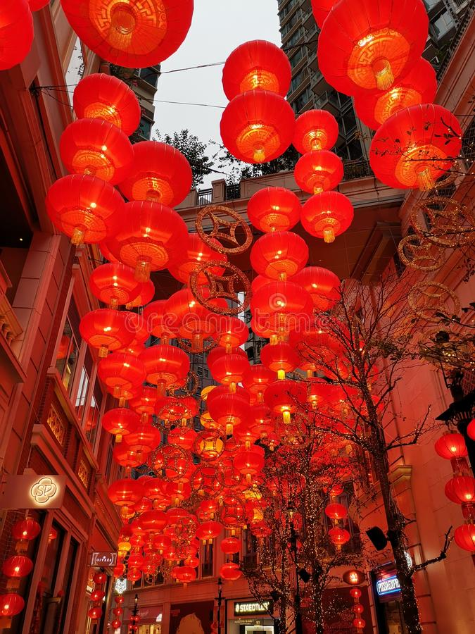 Lanternas vermelhas em Lee Tung Street pelo ano novo chinês imagens de stock