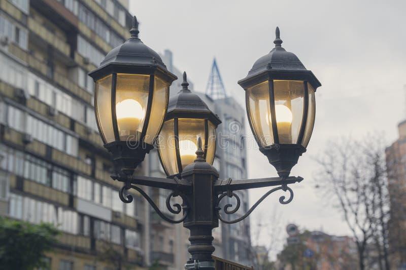 Lanterne électrique de poteau léger sur une rue de ville avec deux lampes d'ampoule photos libres de droits