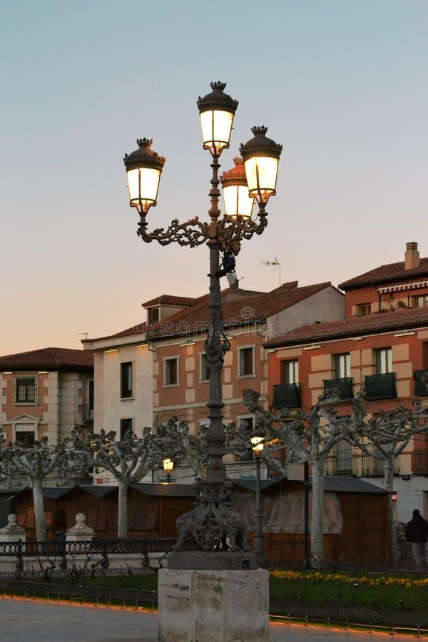 Lanterne accese vecchie sui precedenti di bei costruzioni ed alberi fotografia stock