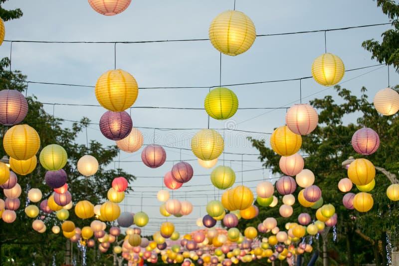 Lanterne accrochante colorée photographie stock libre de droits