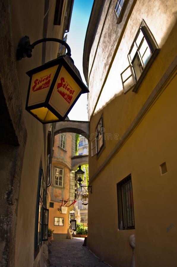 Lanterne alla moda sulle costruzioni molto vecchie vicino al quadrato svedese a Vienna fotografia stock