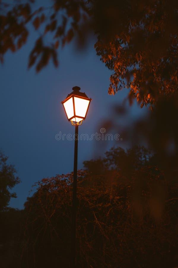 Lanterne allumée sur un ciel bleu-foncé images stock