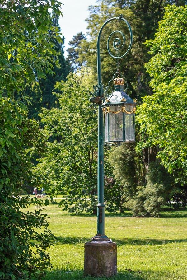 Lanterne antique en parc de château - Kassel, Allemagne images stock
