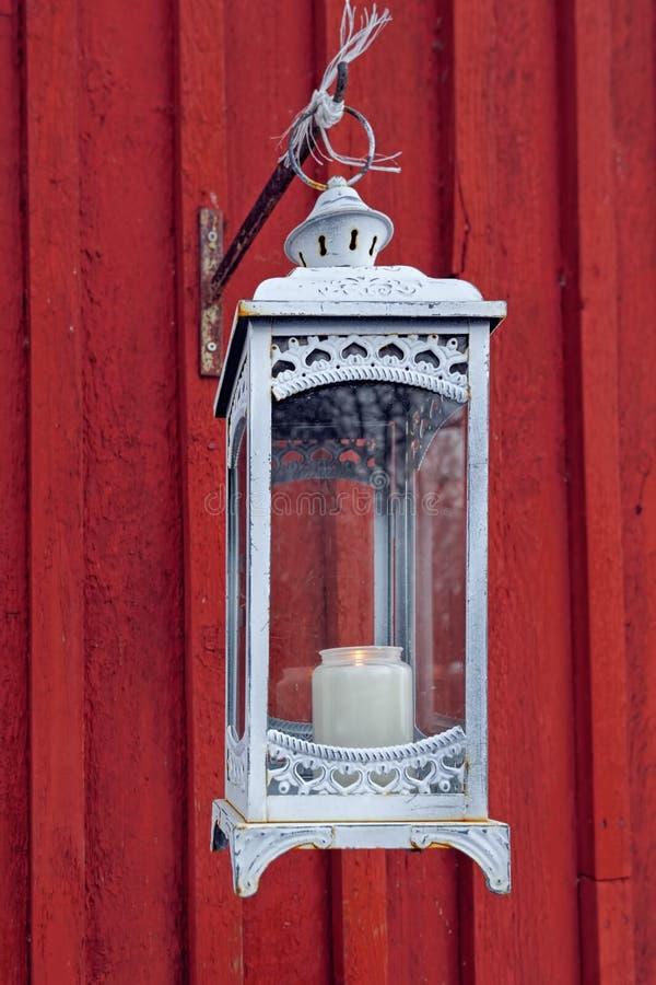 Lanterne avec la bougie sur le mur en bois images libres de droits