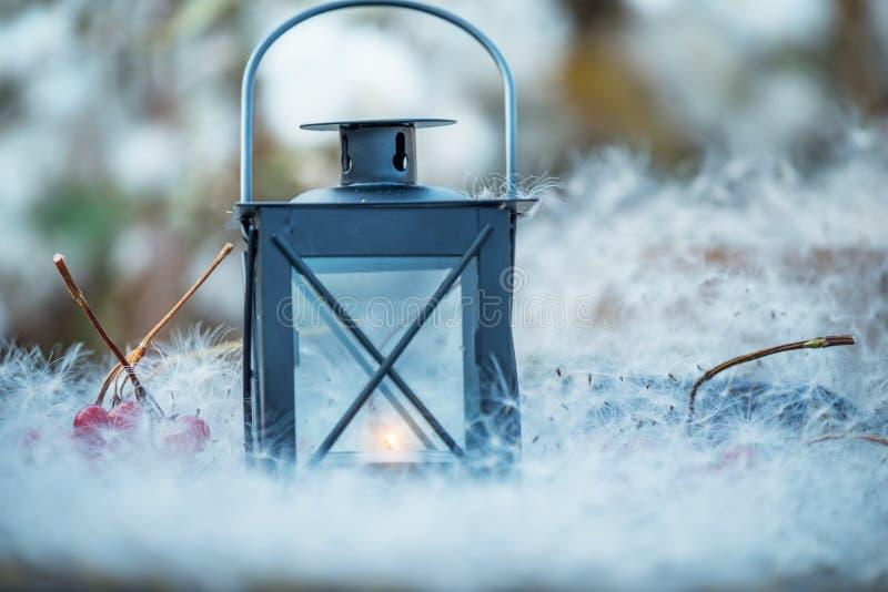 Lanterne avec un intérieur de bougie parmi les duvets blancs photo magique fabuleuse Conte de Noël La vie confortable d'automne t image libre de droits