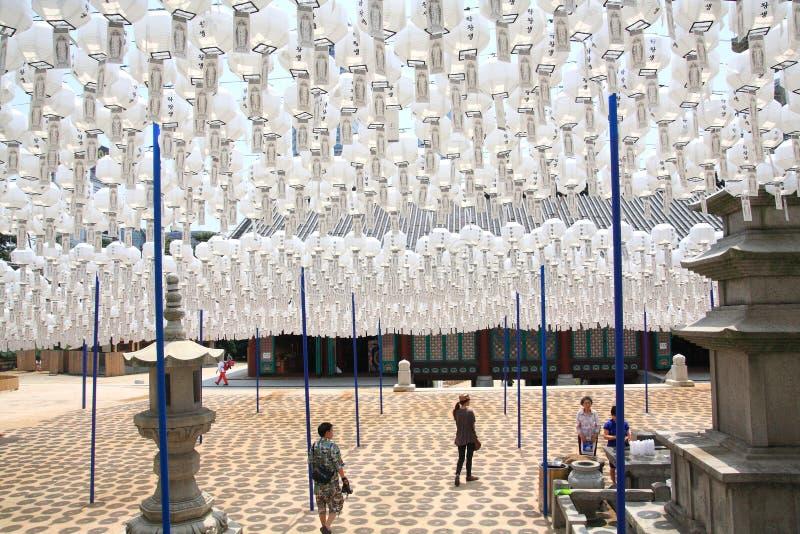 Lanterne bianche per i morti sul compleanno di Buddha al tempio di Bongeunsa, Corea immagini stock libere da diritti