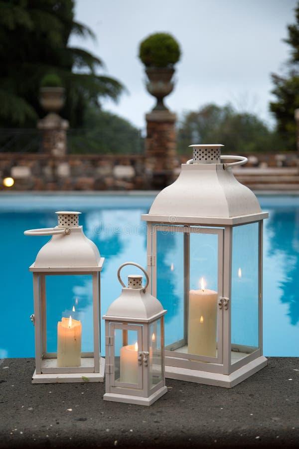 Lanterne bianche tradizionali in un giardino con lo stagno for Lanterne bianche