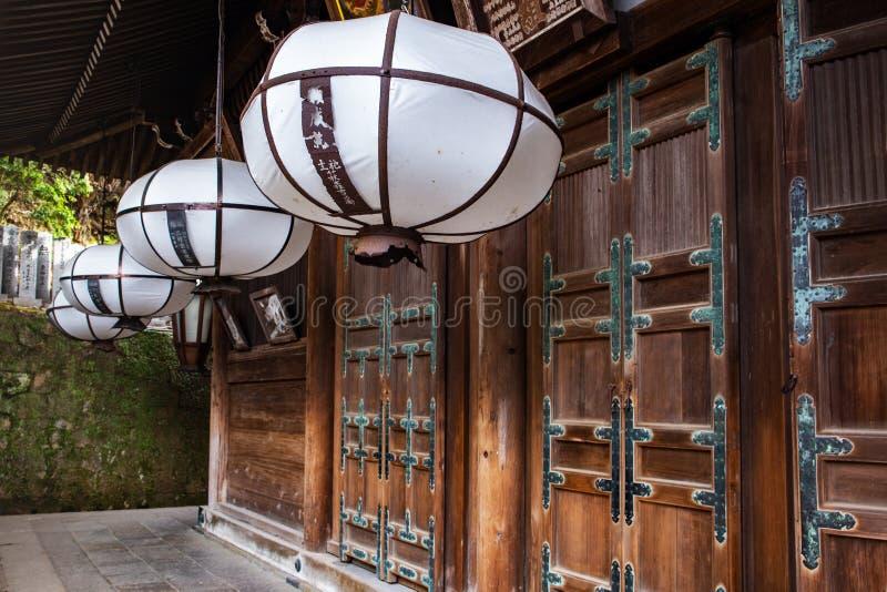 Lanterne blanche à l'entrée du tombeau de Nigatsudo Hall Nigatsu-Do, une partie de complexe de Todai-JI à Nara, Japon images libres de droits
