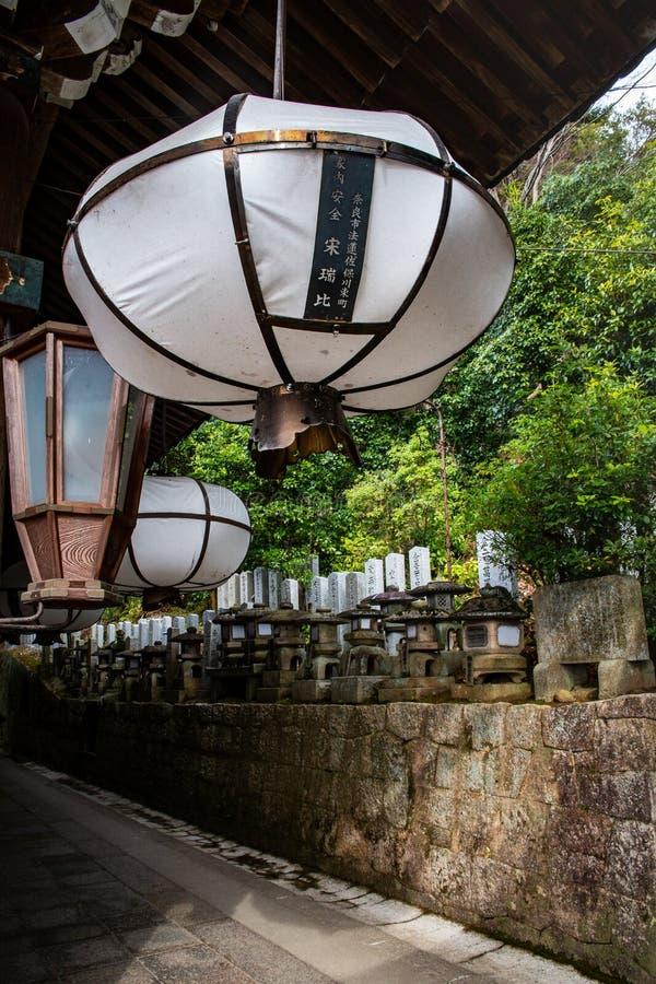 Lanterne blanche du tombeau de Nigatsudo Hall Nigatsu-Do, une partie de complexe de Todai-JI à Nara, Japon photos libres de droits