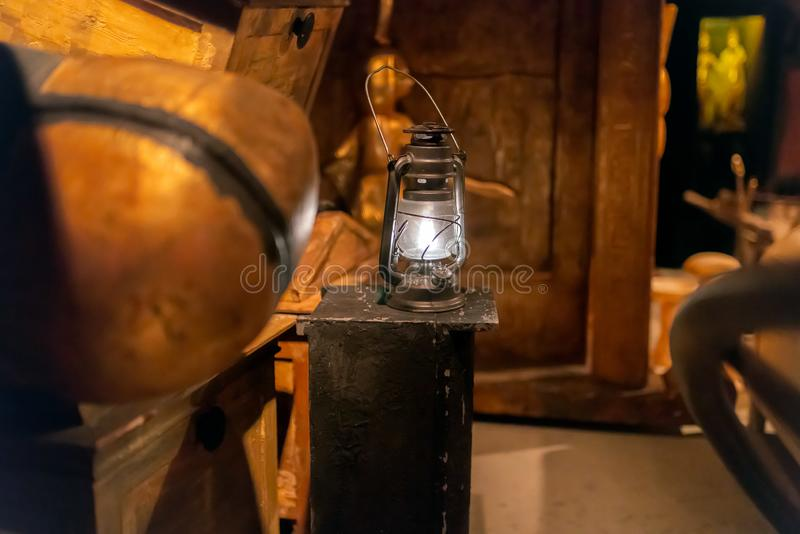 Lanterne brûlante de lampe de gaz de cru images stock