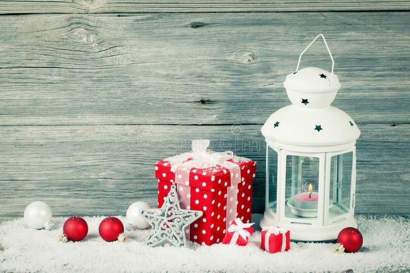 Lanterne brûlante dans la neige avec la décoration de Noël photo libre de droits