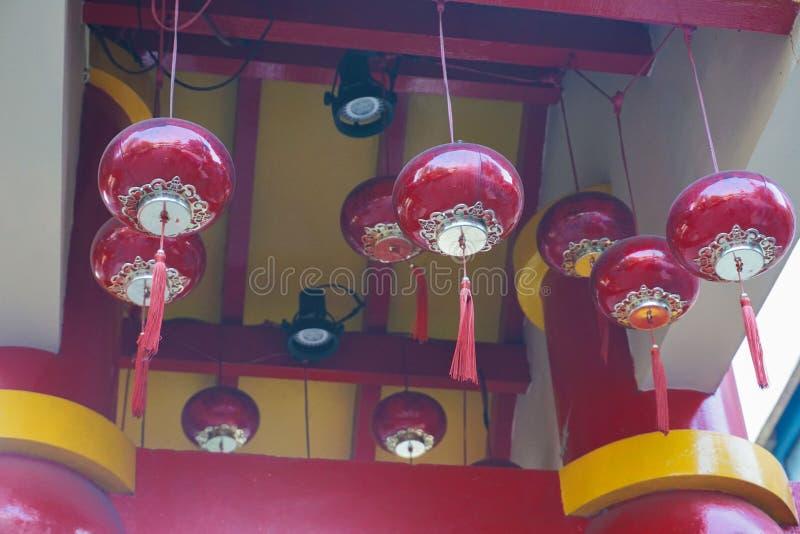 Lanterne chinoise de lampe rouge accrochant sur le dessus en Indonésie image libre de droits