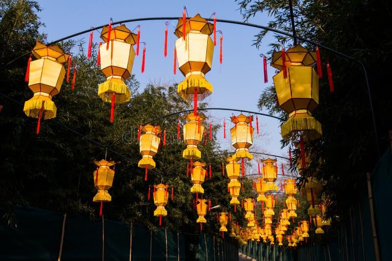 Lanterne chinoise jaune avec des messages souhaitant la bonne chance, la santé, la paix et la prospérité photos stock