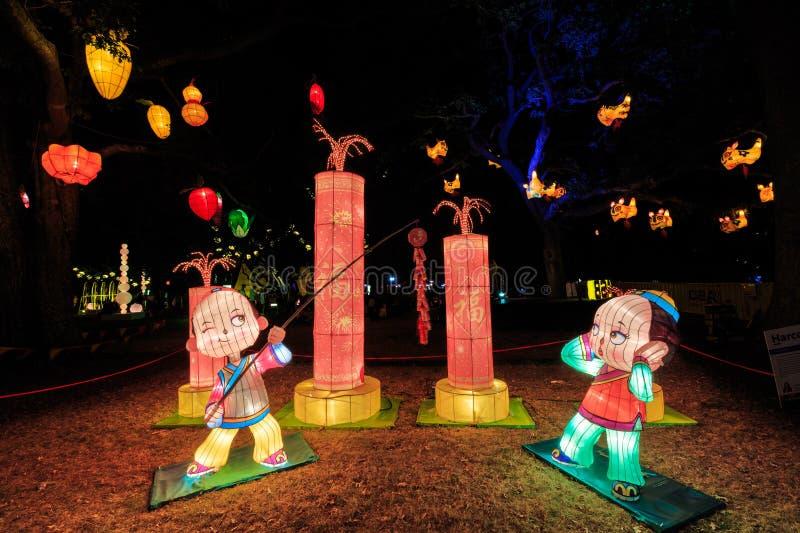 Lanterne cinesi di nuovo anno Ragazzi con i fuochi d'artificio fotografie stock libere da diritti