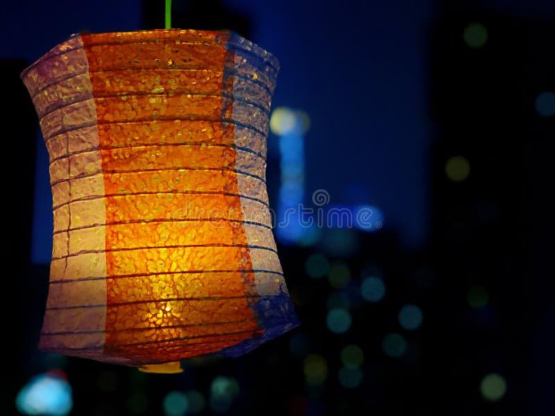 Lanterne de chinois traditionnel pendant la nuit silencieuse images stock
