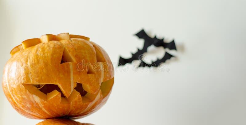 Lanterne de cric de potiron de plan rapproché de Halloween Les potirons blancs du fond deux trois battes montent à l'arrière-plan photos libres de droits