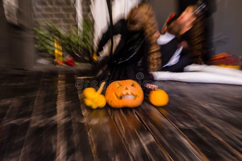 Lanterne de cric de tête de potiron de Halloween sur le fond en bois foncé, b image stock