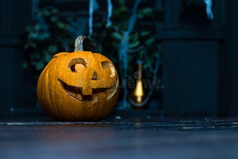 Lanterne de cric de tête de potiron de Halloween sur le fond en bois foncé C photo libre de droits