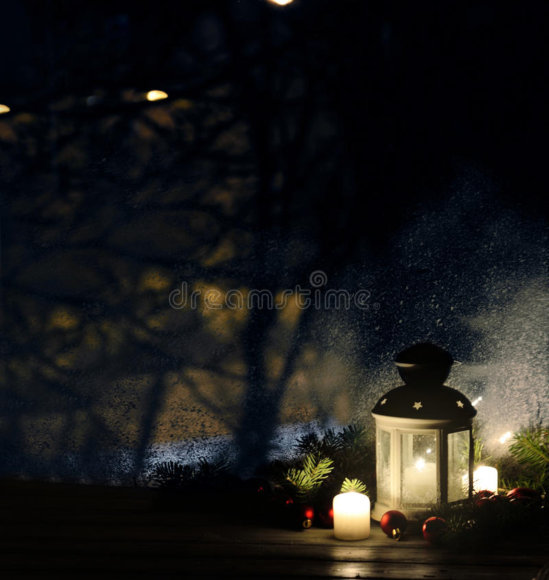 lanterne de no l avec des chutes de neige bougies vue de la fen tre sur la rue de nuit image. Black Bedroom Furniture Sets. Home Design Ideas