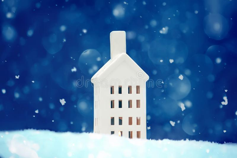 Lanterne de Noël sur la neige propre fraîche photo stock