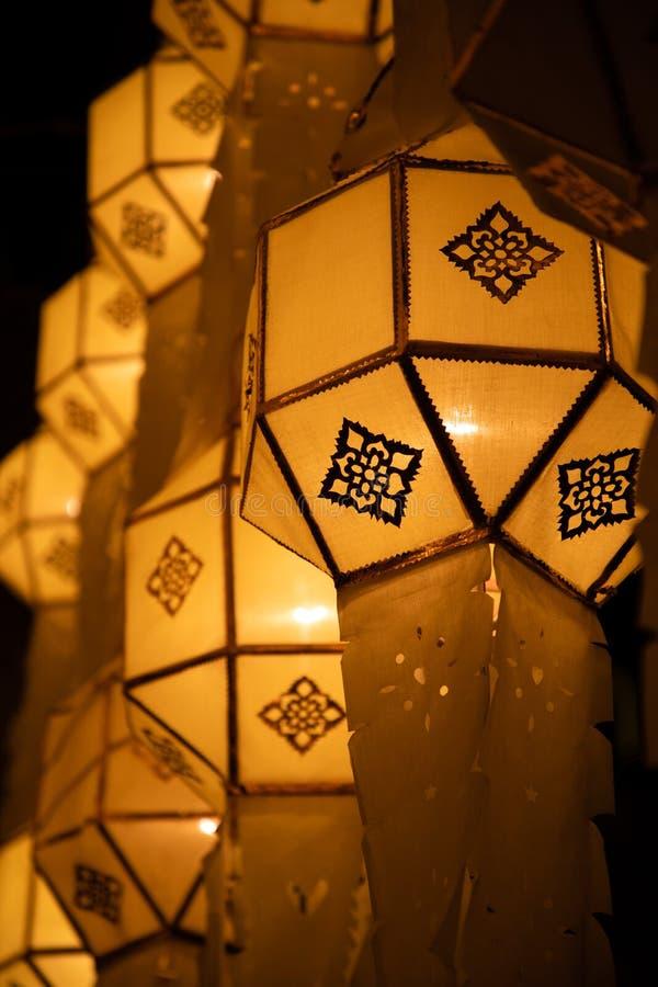 Lanterne de papier jaune thaïlandaise de rue sur la décoration de rue pendant Loy Krathong et YI Peng photo stock