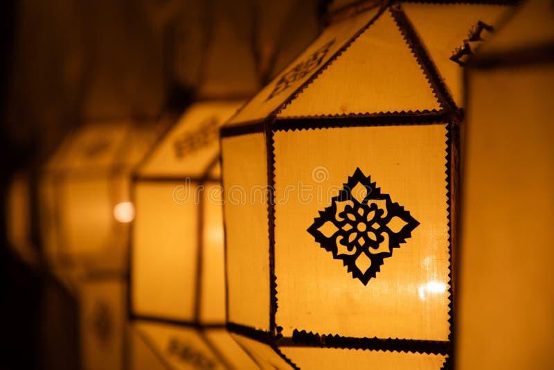 Lanterne de papier jaune thaïlandaise de rue sur la décoration de rue pendant Loy Krathong et YI Peng photographie stock
