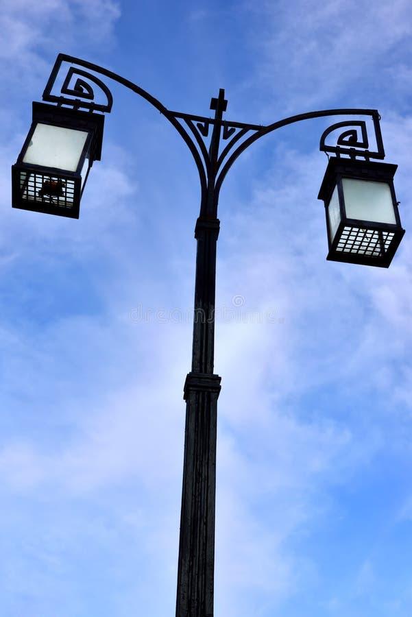 Lanterne de rue au-dessus de ciel bleu photo libre de droits