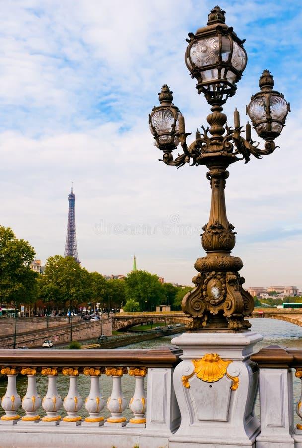 Lanterne de rue sur la passerelle d'Alexandre III photo libre de droits