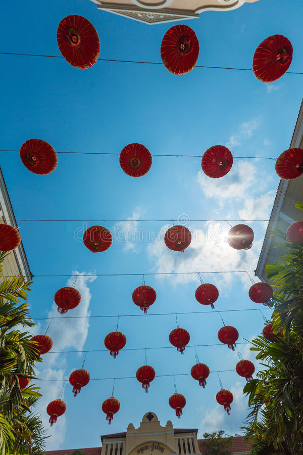 Lanterne di carta cinesi rosse contro un cielo blu Colpo verticale fotografia stock libera da diritti