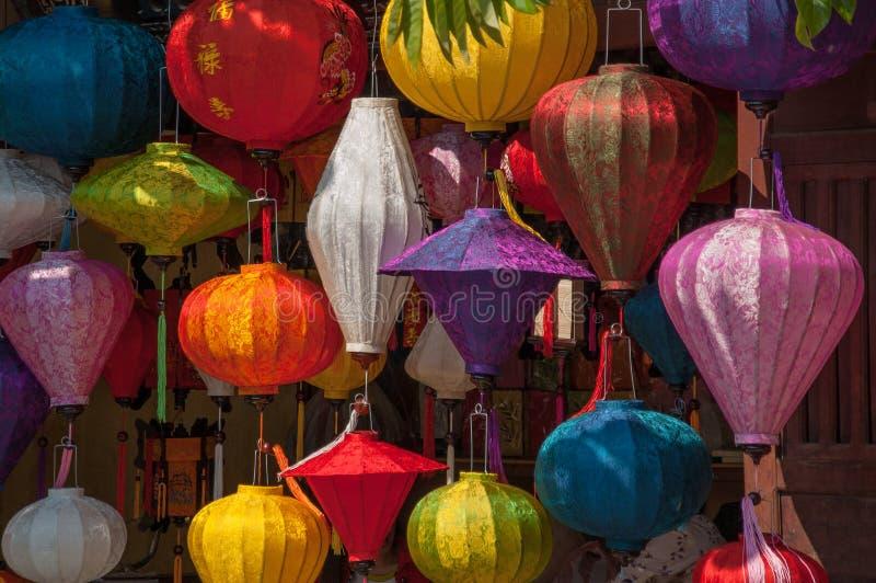 Lanterne di seta variopinte da vendere in Hoi An, Vietnam fotografia stock libera da diritti