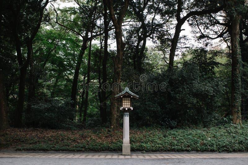 Lanterne en bois de style japonais avec des arbres sur le fond images libres de droits