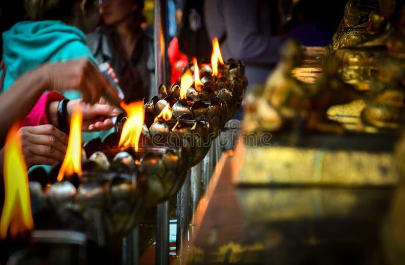 Lanterne en métal dans la forme de lotus avec la bougie et l'huile pour le culte le Bouddha dans le temple bouddhiste Wat Phra Th image stock