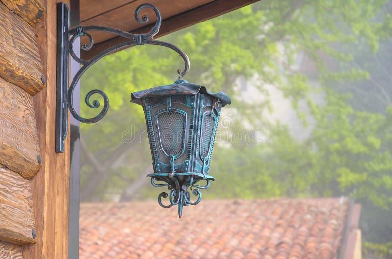 Lanterne en métal sur la maison photos libres de droits