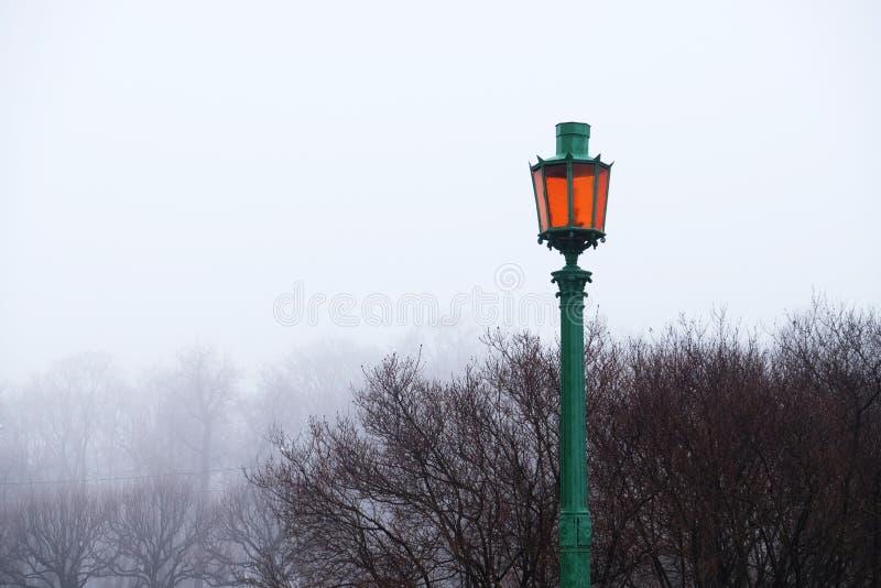 Lanterne en parc pendant l'après-midi d'hiver images stock