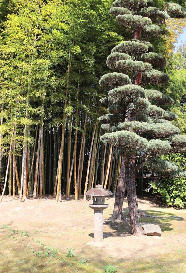 Lanterne en pierre décorative dans le jardin de Koishikawa Korakuen, Okayama, Japon image libre de droits