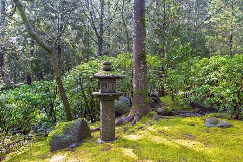 Lanterne en pierre de pagoda au jardin japonais image stock